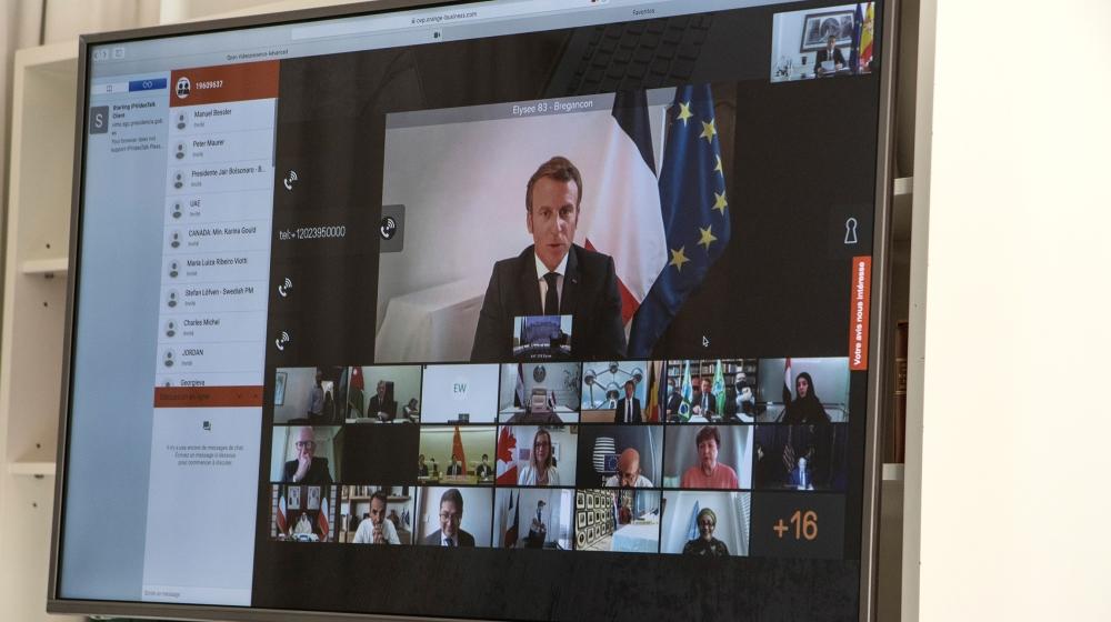 اسپین کے وزیر اعظم (لا مونکلو) کے دفتر کے ذریعہ دستیاب ایک ہینڈ آؤٹ تصویر میں دکھایا گیا ہے کہ فرانسیسی صدر ایمانوئل میکرون (اسکرین پر) کے بارے میں عالمی رہنماؤں کے ساتھ ویڈیو رابطے میں شریک ہیں