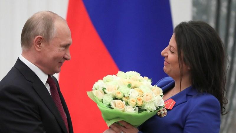 ماسکو میں ایک ایوارڈنگ تقریب میں روسی صدر پوتن اور چیف ایڈیٹر براڈکاسٹر آر ٹی سیمونیان شریک ہیں