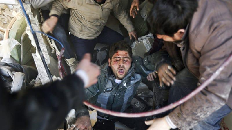 Волонтеры достают пострадавших из-под завалов. В апреле жертвами авиаударов стали 123 мирных жителя