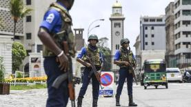 Soldiers take up their positions at a checkpoint on a street in Colombo [Jewel Samad/AFP]