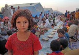 طفلة عراقية نازحة تفتقد مدرستها