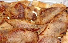 Asezati feliile de carne rumenita pe deasupra merelor si presarati carnea cu un praf de sare si de piper negru proaspat macinat (doar pe o parte).