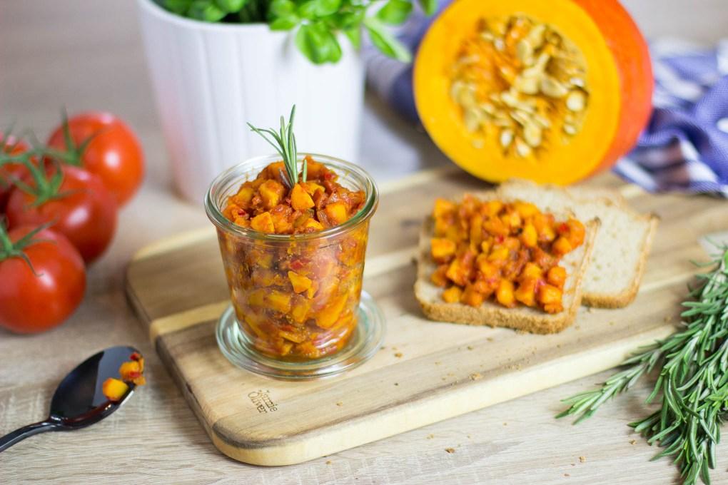 Rezept: Veganer Brotaufstrich mit Kürbis und Tomaten
