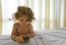 Kid playing on the phone/weheartit