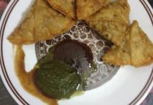 The crispy samosa is ready to serve