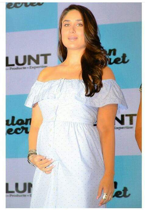 Kareena Kapoor showing her baby bump