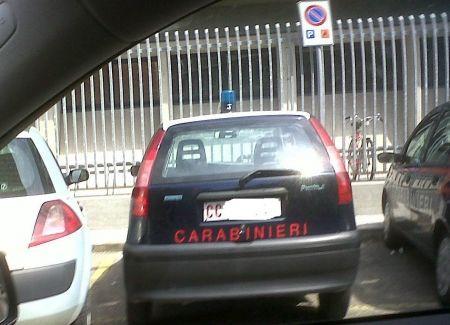 Due auto dei Carabinieri in sosta vietata