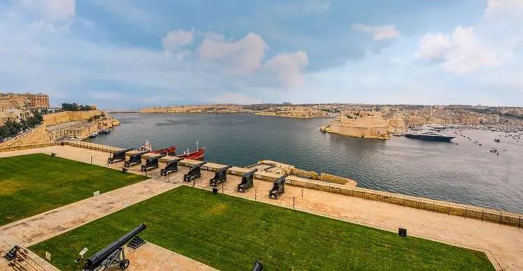 Der Ausblick auf die Kanonen auf den Befestigungsanlagen der maltesischen Hauptstadt Valletta mit Blick auf den Hafen.