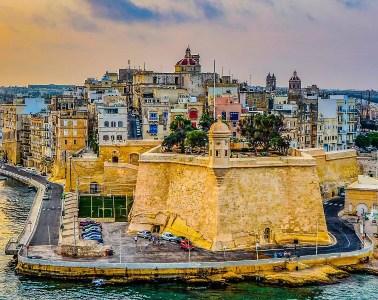 Der Blick von Valletta auf die gegenüberliegende Seite der Hafenbucht. Zu sehen sind die Festungsanlagen und die Hotels auf der gegenüberliegenden Seite.