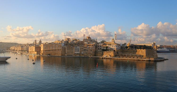Der Blick von Maltas Hauptstadt Valletta auf die gegenüber der Hafenbucht gelegene Stadt Vittoriosa.