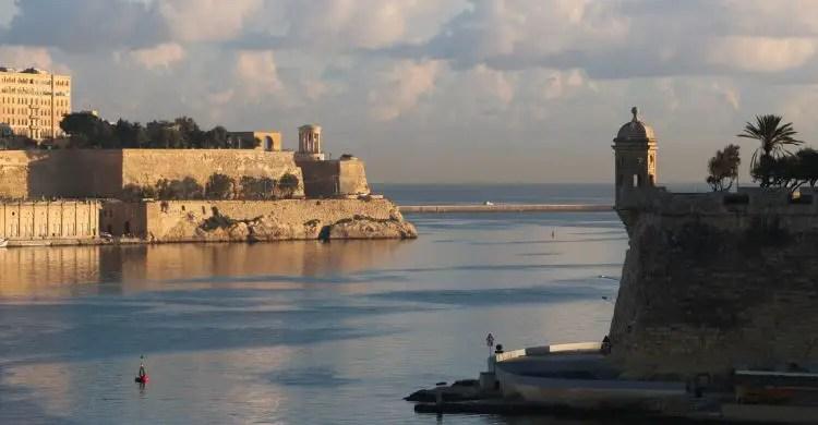 Dunkle Wolken sind am Horizont von Maltas Hauptstadt Valletta zu sehen. Der Blick geht auf die Festungsanlagen der Stadt und die Bucht am Hafen.