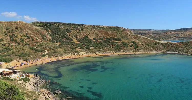 Ein Strand nahe der Golden Bay mit dem sonnigen Wetter im Mai. Es liegen schon Badegäste am Strand.