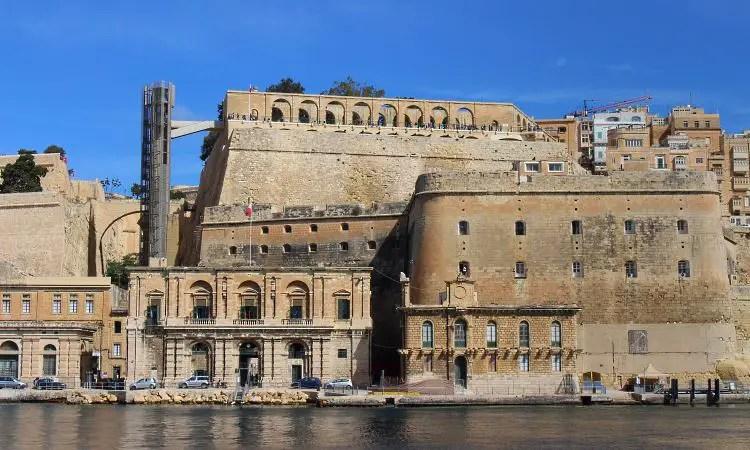 Der Blick vom Hafen auf die Hafenmauern und den Upper Barraka Lift, der auf die Festungsmauern hinaufführt.