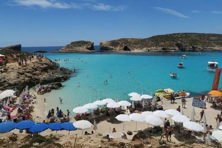 Ein Bild des türkisblauen Wassers und des Strandes auf der Insel Comino.