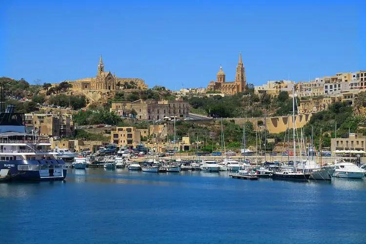 Das Bild zeigt den Hafen von Mgarr auf Gozo von einer in den Hafen eindahrenden Fähre.