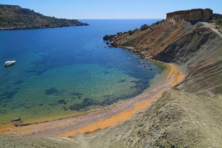 Die angelegene Qarraba Bay Bay besteht aus einer türkisblauen Bucht und einem schmalen, goldfarbenen Sandstrand.