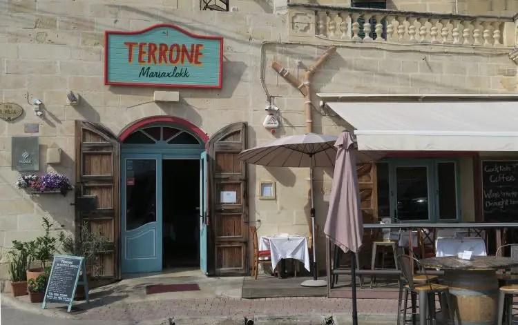 Der Eingang und Gastgarten des Fisch-Restaurants Terrone auf Malta, Marsaxlokk.