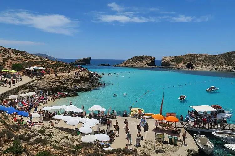 Die wunederschöne Blaue Lagune, mit dem türkisblauen Wasser, auf Maltas Nachbarinsel Comino.
