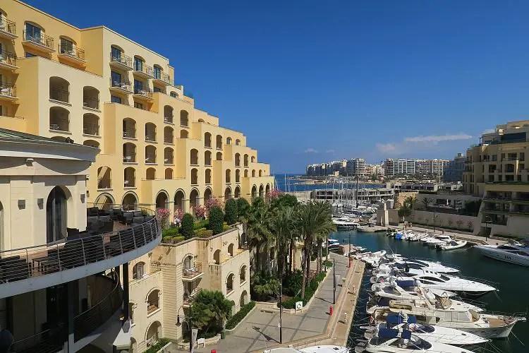 Der Blick auf das Hilton Hotel und die danebenliegende Bucht auf Malta.