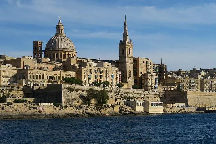 Das sonnige Wetter in der Hauptstadt von Malta, Valletta, im Februar mit den alten Gebäuden und der Altstadt.