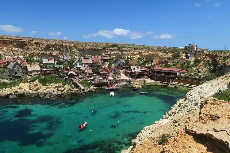 Das sonnige Wetter an der türkisblauen Bucht in dem das Popeye Village liegt auf Malta.
