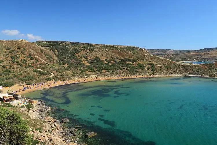 Das türkisblaue Meer und der goldfarbene Sandstrand in der Għajn Tuffieħa Bay.
