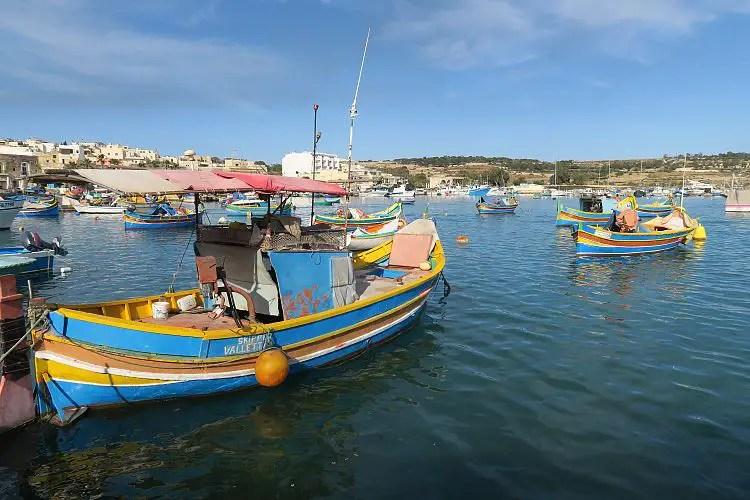Luzzo Boote liegen im Hafen von Marsaxlokk auf Malta vor Anker.