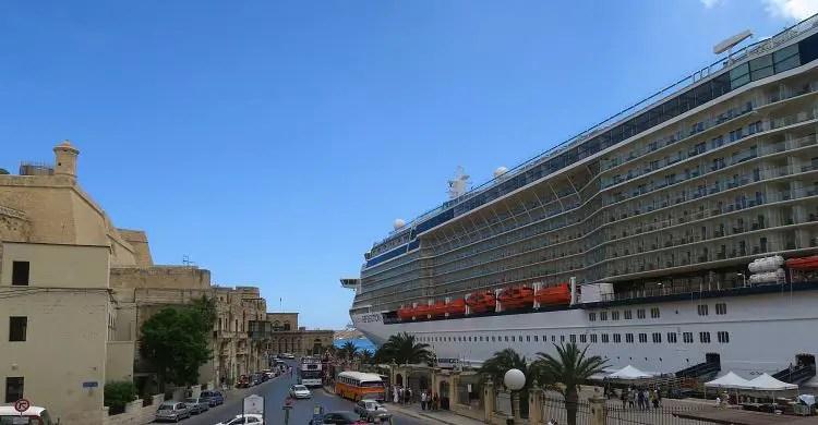Ein großes Schiff liegt im Kreuzfahrthafen von Valletta vor Anker.