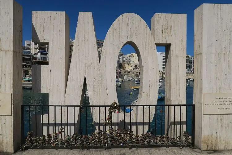 Das in spiegelverkehrter Schrift geschriebene LOVE Sign an der Spinola Bay auf Malta.