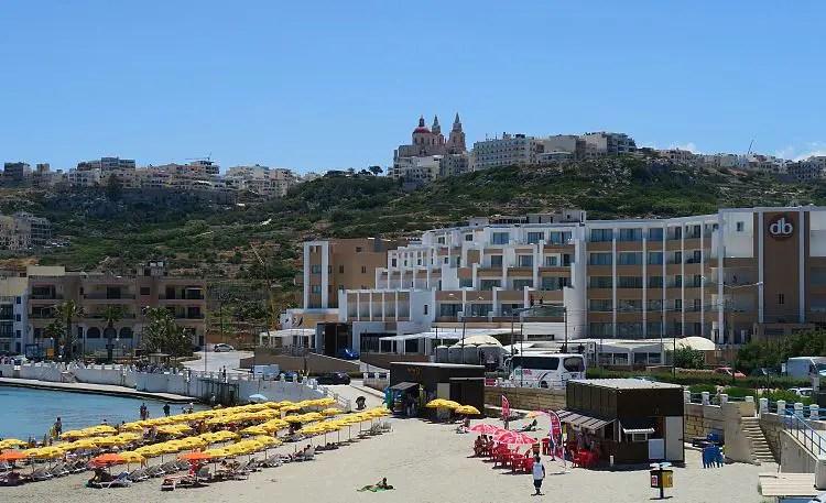 Der Blick von der Mellieha Bay auf das db Seabank Resort + Spa Hotel.