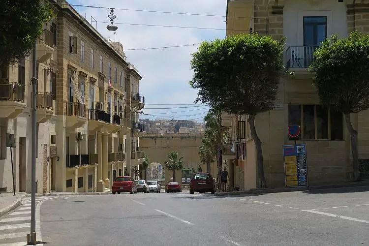 Die Hauptstraße durch die Stadt Senglea auf Malta.