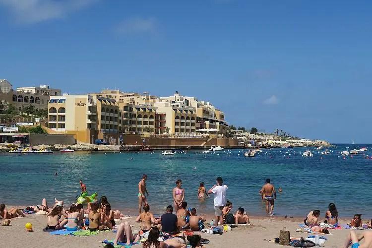 Der Sandstrand und die Hotels an der St. Georges Bay auf Malta.