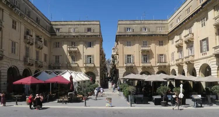 Der Platz vor dem Eingang zur St. John´s Co Cathedral mit einem großen Gastgarten.
