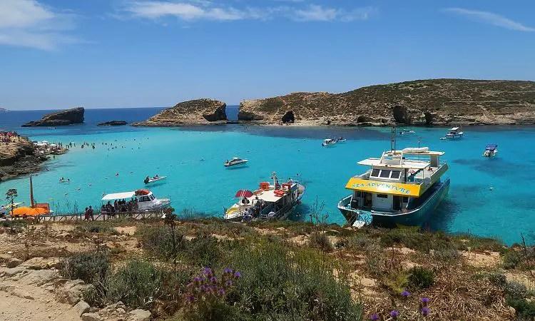 Boote an der türkisblauen Lagune auf Malta.