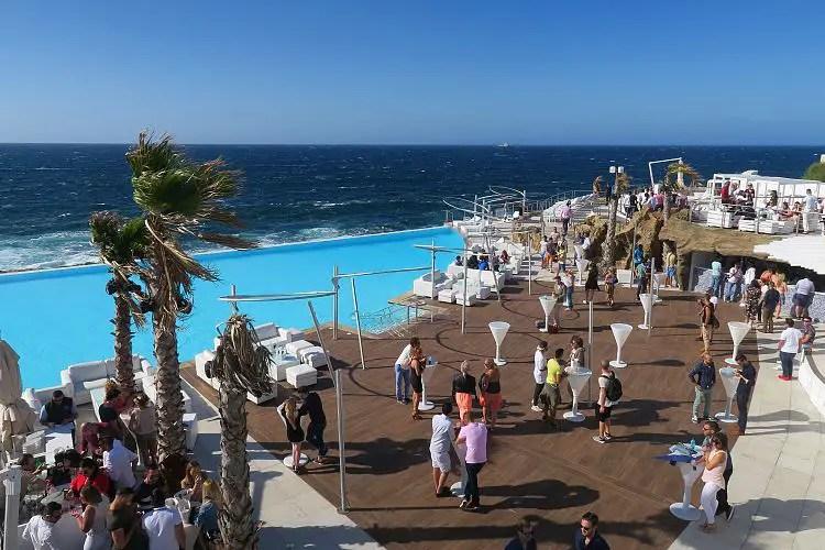 Der Pool und die Bar im Cafe Del Mar.