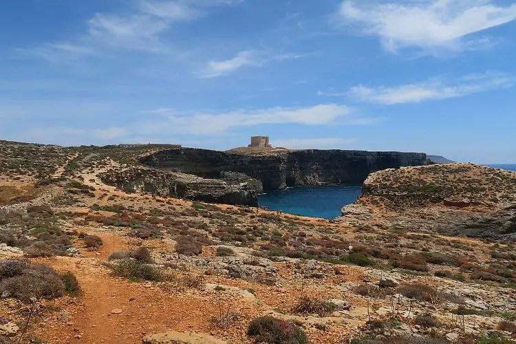Blick Richtung St. Mary´s Tower von der Blauen Lagune auf Comino.