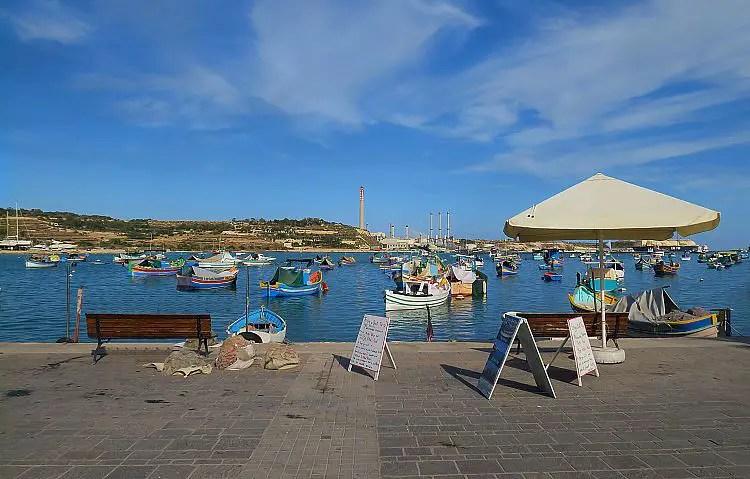 Blick von der Hafenpromenade aufs Meer hinaus.