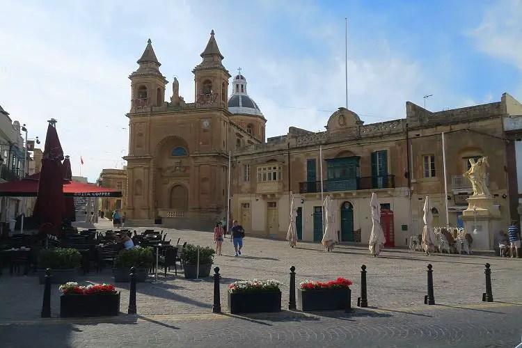 Der Dorfplatz mit der Kirche, direkt am Hafen.