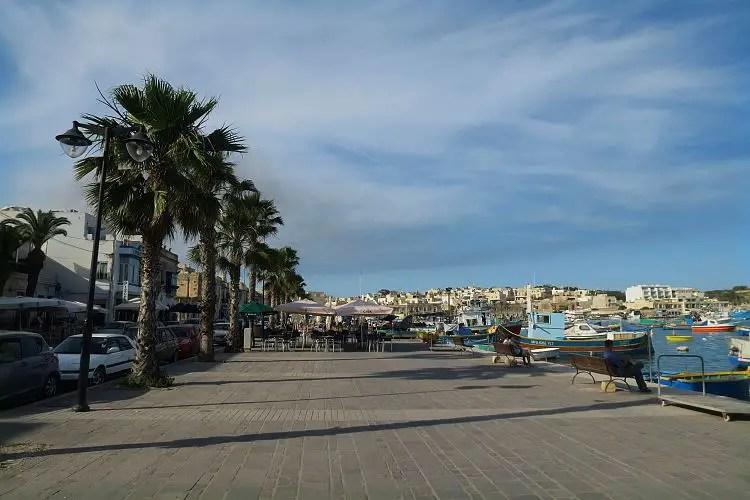 Die Hafenpromenade mit Blick auf die Schiffe und die Stadt.