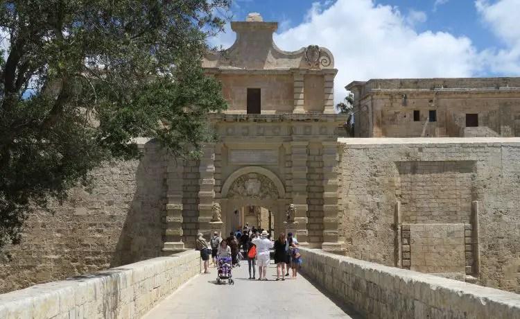 Das sandfarbene Stadttor von Mdina, auf Malta.