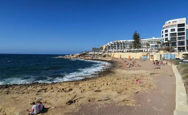 Ein Sandstrand mit Blick auf die St. Paul´s Bay und das Dolmen Resort Hotel.