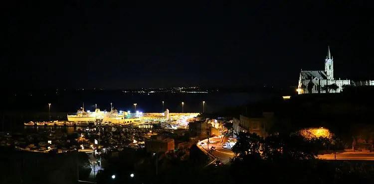 Der Hafen von Mgarr auf Gozo in der Nacht.