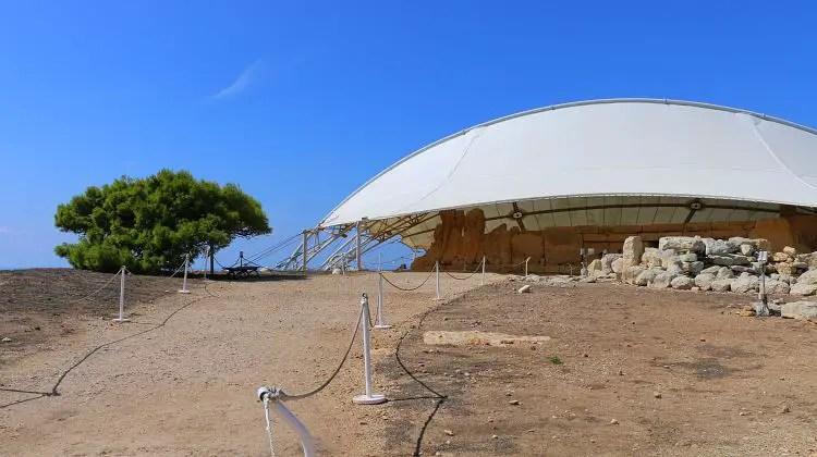 Der durch ein dach geschützte steinzeitliche Tempel Hagar Qim