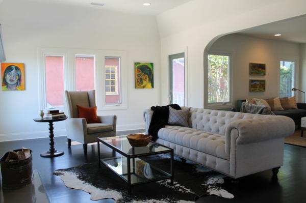 Moderne Wohnzimmer Einrichtung Grasgruner Teppich Beistelltisch ... Kuhfell Teppich Wohnzimmer