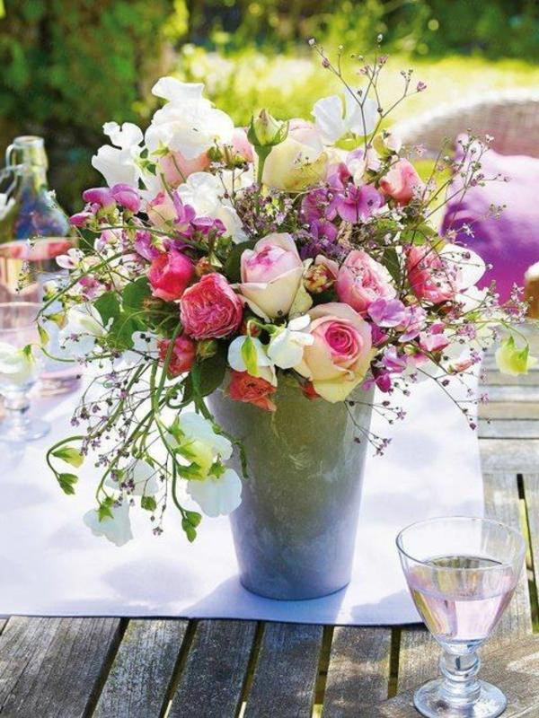 Schne Blumenstrue die durch Schlichtheit und Eleganz