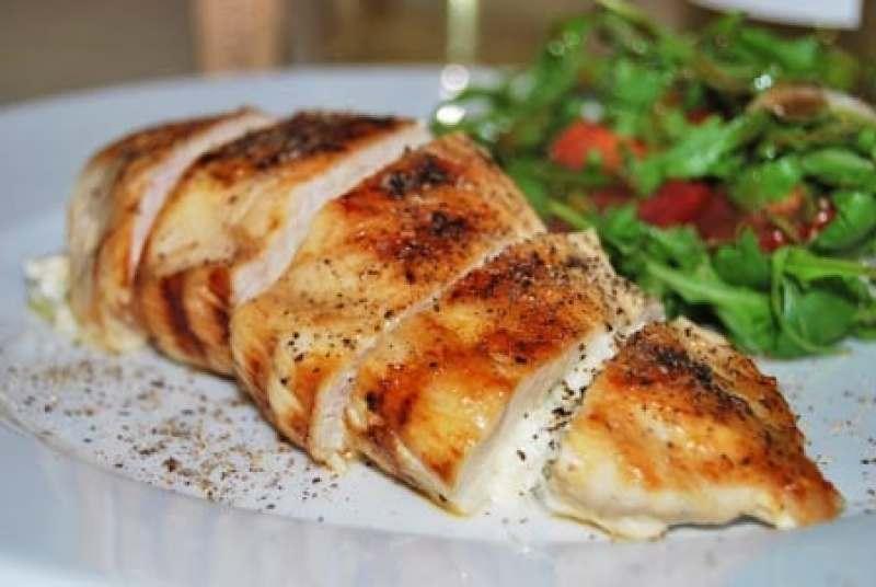 Aufgeschnittene Hühnerbrust mit Salbei-Feta-Füllung