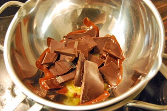 Schokolade schmelzen für die Frischkäse-Chocolate-Muffins