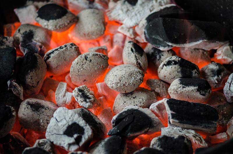 Ausreichend Kohle nicht vergessen beim Grillparty vorbereiten