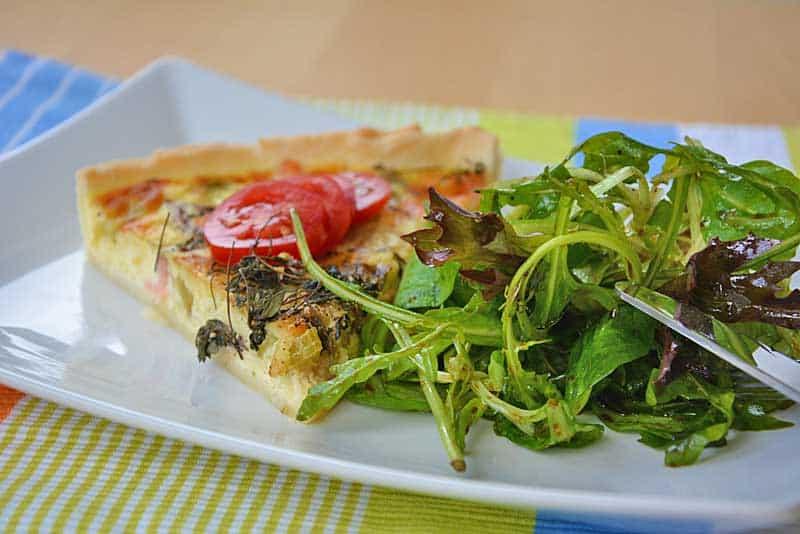 Lachs-Quiche mit grünem Blattsalat