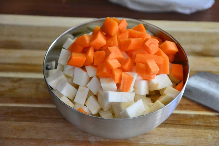 Gemüsewürfel für das Rehgulasch